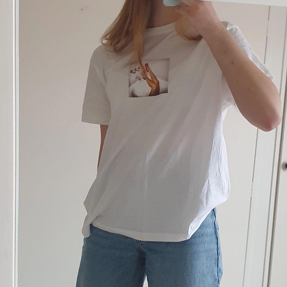 En oversized t-shirt från märket Stay. I mycket bra skick! Passar nog de flesta storlekar, från XS till L.. T-shirts.