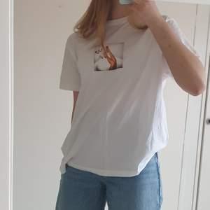 En oversized t-shirt från märket Stay. I mycket bra skick! Passar nog de flesta storlekar, från XS till L.