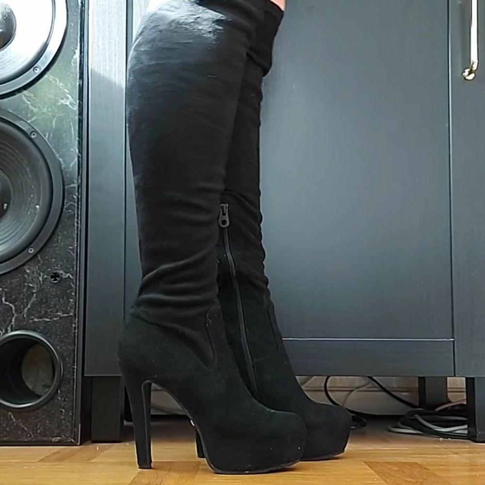 Knähöga klackskor i svart fake mocka från tiamo, aldrig använda bara testade inomhus.. Skor.
