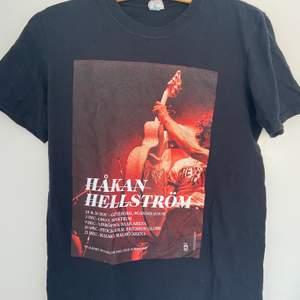 Limited edition t-shirt från hans egna sida. Köpt för 2 år sen och finns inte kvar. Orginalpriset var 500kr. Jättebra skick. Skriv till mig för fler bilder.