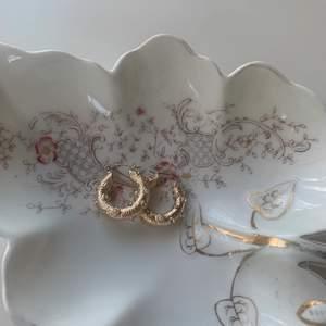 Säljer dessa superfina guldfärgade örhängerna som jag älskar jätte mycket men som inte kommer till användning. 2,5 cm i diameter. Köparen står för frakten💛💛