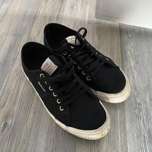 Skor från Gant. Strl 39, svarta. Använd men fint skick! Sulorna som är lite smutsiga.