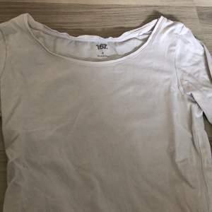 Säljer dessa långärmade tröjor ifrån lager 157 i mycket fint skick, behöver bara strykas lite då dom legat i lådan ett bra tag. Dom är köpta för 99kr styck. Säljer 1 för 70 eller båda för 120kr🥰