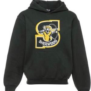Det är en Sherwood hoodie i färgen mörkgrön. Det är cool college hoodie som passar det mesta! Storleken är S men lite stor i storleken så skulle passa M.💫