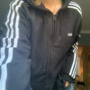 Jätte fin adidas hoodie, knappt använd. Storlek M🖤