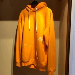 Clean orange hoodie från carlings. Mjukt och tjockt tyg. Storlek M | Hör av er om ni har frågor!