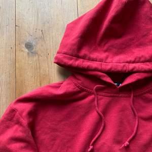 Hejhej, säljer min supermysiga röd hoodie som tyvärr inte passar mig längre, den är i väldigt fint skick. Skicka ett meddelande vid intresse eller om du vill se fler bilder eller undrar något.
