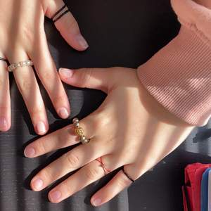 Säljer mina jättefina ringar som jag gjort själv! 25 styck eller alla för 100!! Kan mötas upp i Lund eller frakt ⚠️köparen står för frakten⚠️