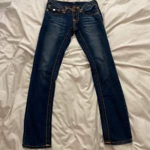 Lågmidjade straightleg true religion jeans med najs söm samt najs tryck där bak, hjälper en vän att sälja                       Mät under navlen/runt höfterna då de är lowwaisted💕                                              Midjemått: 78cm                                                                      Innerbensmått: 78cm                                                                 Yttrebensmått: 98/99cm