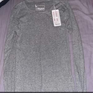 Helt ny långärmad tröja med prislapp kvar i storlek L nypris 89kr men säljer den för 50kr+ frakt