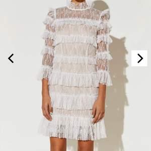Hej! Säljer denna klänning från By malina i strl M. Den är endast provad och lapparna sitter kvar, säljer pga att det var för sent att skicka tillbaka. Köpt på zalandos hemsida för 1995kr men säljer den nu för 1300kr 🥰