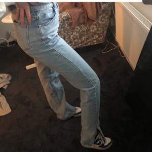 Säljer mina blå jeans från bohoo med slits! Inget fel och passar mig som är 172cm! Kommer inte till användning. Frakt ingår i priset💗