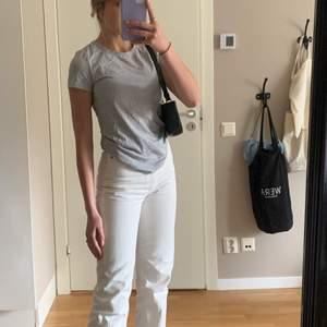 Säljer en väldigt klassisk och snygg ljusgrå t-shirt från Gant. Säljer den pga att den blivit för liten för mig (jag har i vanliga fall S) Hoppas den passar någon av er! Ordinarie pris var 450 kr.