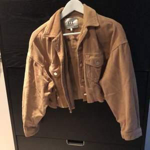 En kort Manchester jacka från Zara, storlek xs. Bra skick (använd ett fåtal gånger) silverknappar på fickor och i armen.