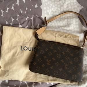 En väldig fin Louis Vuitton väska som jag säljer som inte riktigt är min stil.  Tveksam på äkthet och jag har köpt den här på Plick. Bra skick men saknar kvitto så säljer den billigare. Säljer endast vid bra bud!