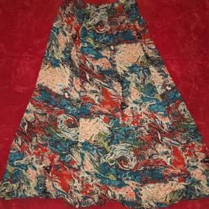 supersnygg mönstrad kjol! denna går ungefär en liten bit nedanför knäna på mig och är i ett mjukt böljande material, perfekt nu till sommaren💝💝 (frakt är inkluderat i priset🌸)