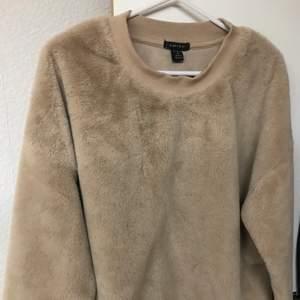 Super super super skön fluffig sweatshirt. Storlek XL. Passar även storlek i L💞 använd endast några gånger och kommer inte till användning💞 kostar 100kr och köparen står för frakt. Kan frakta men även mötas i Kristinehamn.
