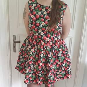 Svart Hellbunny Rockabilly klänning med Jordgubbsmönster