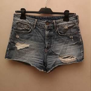 Korta jeansshorts från H&M▪️knäpps med knappar▪️Midwaist stil▪️Gott skick▪️Säljes pga växt ur dem