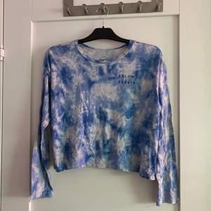 Hollister-tröja, croppad modell med tie dye-mönster. Storlek M, 40kr + frakt 24kr!