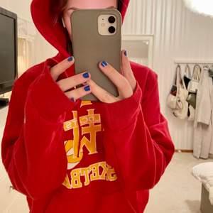 Röd vintage hoodie, m amerikanskt baskettryck. Köpt på betong retro, använt själv några få ggr. Luvan är perfekt stor och snygg form.❣️