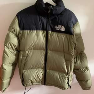 Säljer min gamla tnf jacka! Knappt använd, bara använd under en vinter.