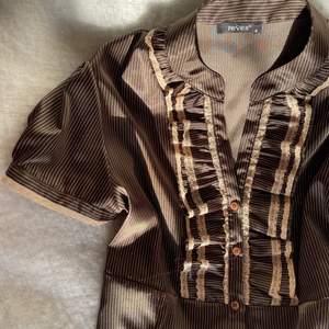 Hej! Jag säljer en SÅ cool och vacker brun/guldig/beige vintage blus sparsamt använd i silkesmaterial 🤎✨ Använd den till fest, vardags och även halloween utstyrsel när den är lite gammaldags!! 🤎