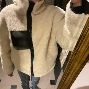 Teddy-jacka från NAKD i storlek 34, men passar även 36/S. Köpt för ca 1 månad sen men i nyskick. Perfekt till den kalla hösten/vintern! 300 kr + frakt 🦾