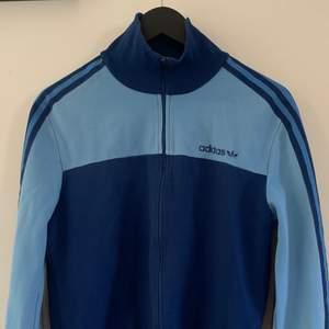 Retro Adidas zip up! Passar XS-L beroende på passform. Litet hål vid vänstra ärmen (bild 3).
