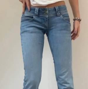 Säljer mina fina pepe jeans för att det inte komit till användning💗 De är i storlek 29/32 men passar mig som i vanliga fall har 34 i jeans😊 Nypris ligger runt 800💗 De är lågmidjade och raka i modellen och i en blå jeans färg💗 Det är bara att skriva vid frågor😊