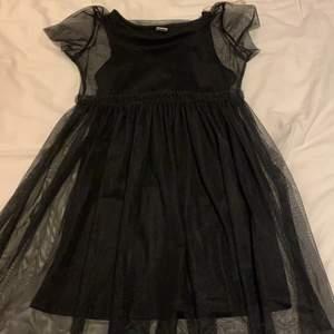 Säljer en svart klänning i bra skick. Köpt från lindex kids för 300kr. Använd 1 gång eftersom jag tröttnade snabbt på den. Säljer för 150kr.
