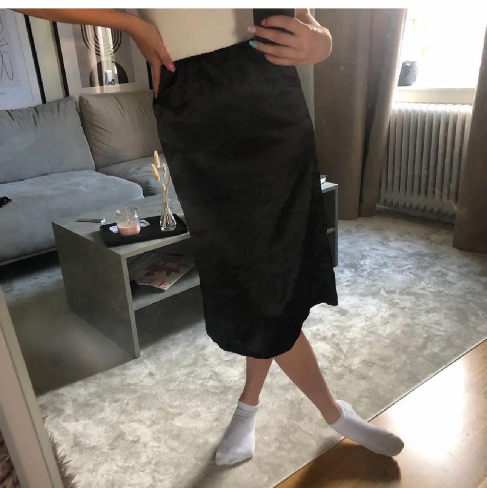 En svart satinkjol som aldrig blivit använd eftersom den inte passade! Jag är en 36/S men tycker att den sitter tight över höfterna! Från Boohoo✨. Kjolar.