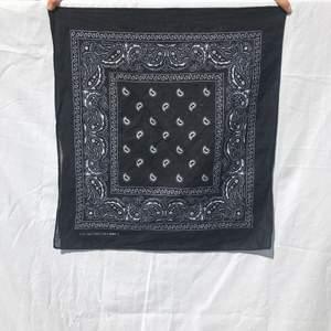 Svart bandana scarf :)