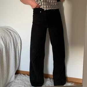 De perfekta vida jeansen, i en svart färg. Sitter som en smäck på mig som är 163 & gillar att jeansen är långa. Säljer då jag har liknande.❤️
