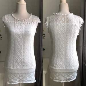 Fin vit klänning med detaljer, storlek S. Kan skickas mot fraktkostnad eller hämtas i Nol