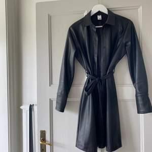 Superfin, klänning som även kan användas som kappa! Fakeläder. Köpt på MQ använd 1 gång