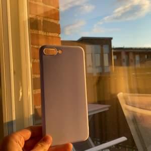 helt oanvänt skal till iphone 7/8+, den är i fin lila färg och har inga defekter💞