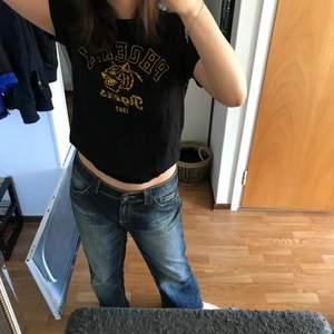 En svart T-shirt med gult tryck. Tröjan är från Ginatricot och har texten PHOENIX Tigers på och en tiger. Den har inga defekter☺️