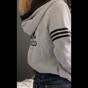 Hjälper min syster sälja kläder hon inte använder! Fin kofta från Adidas i storlek M men passar en S. Köpare står för frakt på 66 kr🤍 Skriv privat för fler bilder!