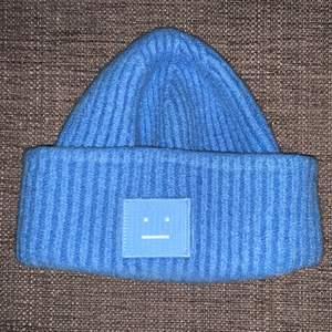 Ljus blå acne mössa ganska liten skulle säga xs men den går på mig som har s-m. Kom privat om bud eller mer bilder