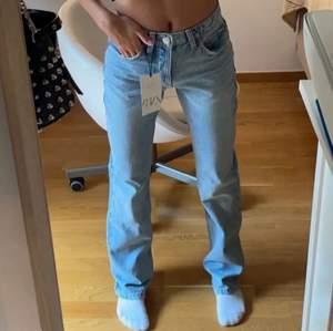 Zara mid waist jeans! Intressekoll på dessa byxor. Är inte helst säker att jag vill sälja om jag inte får ett bra bud🥰 dom är storlek 34! Första bilden är lånad och andra är min