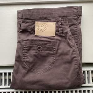 Säljer dessa trendiga lågmidjade bruna jeans ifrån Twin-Set, helt i nyskick förutom en fläck som jag också har ringat in på bilden! Superskönt material:) Made in Italy
