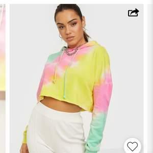 Croppad hoodie från Missguided i storlek 34=XS. Aldrig använd med lappen kvar. Köparen står för frakten💞