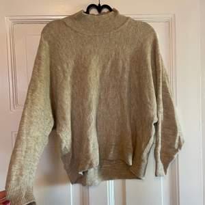 Stickad beige tröja från hm, knappt använd. Kortare i modellen. Frakt tillkommer
