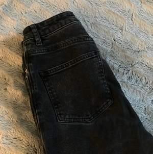 Ett använt plagg men som definitivt håller ett tag till, sköna och enkla basjeans som går ihop med det mesta i din garderob. Från NAKD i strl 34/xs