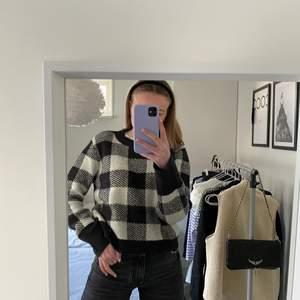 Cool stickad tröja från hm🤍🤍 säljer då den inte kommer till användning längre🤍🤍 köp för 100+frakt (66kr)🤍