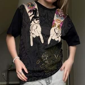 Balllll retro UNISEX t-shirt i Size XL (Känns dock mer som Dam: L och Herr: M) från Christian Audigier by Ed Hardy. Bra skick. Inga tydliga defekter  fraktkostnad: 49kr spårbar