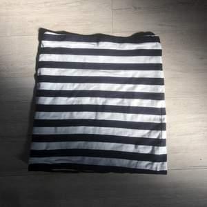 Super bekväm pennkjol från H&M i strl XS. Marinblå/vit randig, figurnära och riktigt skön. Super söt till sommaren och kan lätt matchas med en vit topp. Bra skick!