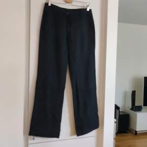 Svarta tygbyxor i liknande chinos modell med vida ben. Från Prêt i storlek 38. Fraktkostnaden tillkommer.
