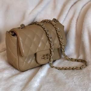 Söt handväska med axelrem i beige färg🤎